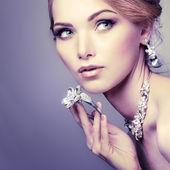 Una foto di sessuale ragazza bellissima in un abito da sposa è nello stile di moda. decorazioni di nozze — Foto Stock