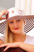 在一顶帽子有位金发美女 — 图库照片