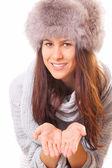 Knappe brunette vrouw in een bont hoed — Stockfoto