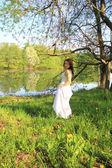Joven relajante en el parque de primavera — Foto de Stock
