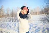 Joven mujer invierno disfrutando — Foto de Stock
