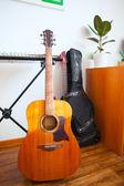 Instruments de musique sont près d'un mur blanc de l'appartement — Photo