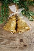 木製の背景上にクリスマス ツリーに黄金の鐘 — ストック写真
