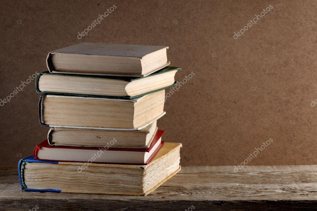 老桩木桌子上的书 — 图库照片08windujedi