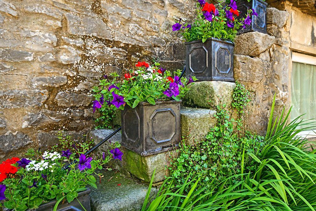 D coration de jolies fleurs l 39 ext rieur d 39 une vieille for Exterieur vieille maison