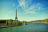 Beautiful, summer scene of Paris with the Eiffle Tower — Stock Photo