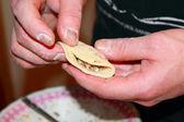Fazendo bolinhos recheados de close-up — Foto Stock