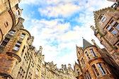 Historische architectuur in de straat van de oude stad in edinburgh — Stockfoto