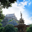 Ross fountain and Edinburgh Castle in Scotland — Stock Photo