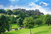 Princes Street Gardens and Edinburgh Castle, Scotland — Foto de Stock