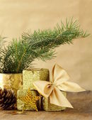 Grüne tanne äste und weihnachts-dekorationen auf einem hölzernen hintergrund — Stockfoto