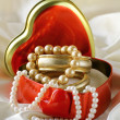 Gift box with gold and pearl jewelry - 图库照片