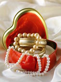 Gift box with gold and pearl jewelry — 图库照片