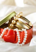 Gift box with gold and pearl jewelry — Stok fotoğraf