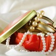 Gift box with gold and pearl jewelry — Stockfoto