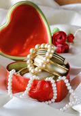 Gift box with gold and pearl jewelry — Foto Stock