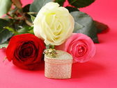 Fresh roses and gifts for the holiday Valentines Day — Foto Stock