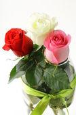 白い背景の上に色とりどりのバラの花束 — ストック写真