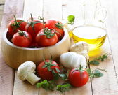 Fresh vegetables ( tomato, mushrooms, garlic) and olive oil — Stock Photo