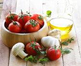 Fresh vegetables ( tomato, mushrooms, garlic) and olive oil — Stock Photo