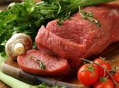 Carne di manzo cruda fresca sul tagliere — Foto Stock