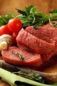 Carne fresca de carne crua na placa de corte — Foto Stock