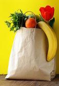 Papírové nákupní tašky - zelenina a ovoce — Stock fotografie