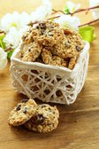 Biscuits croustillants avec graines de tournesol et raisins secs — Photo