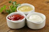 Hořčice, kečupu a majonézy - tři druhy omáček — Stock fotografie