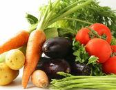 Färska primörer - morötter, tomater, sparris, aubergine och potatis — Stockfoto