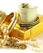 Gold and pearl jewelry, gift boxes on a white background — Stock Photo