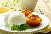 Baked peaches with a scoop of ice cream, summer dessert — Stock Photo