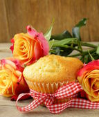 Cake muffin with a bouquet of roses - sweet gift — Stockfoto