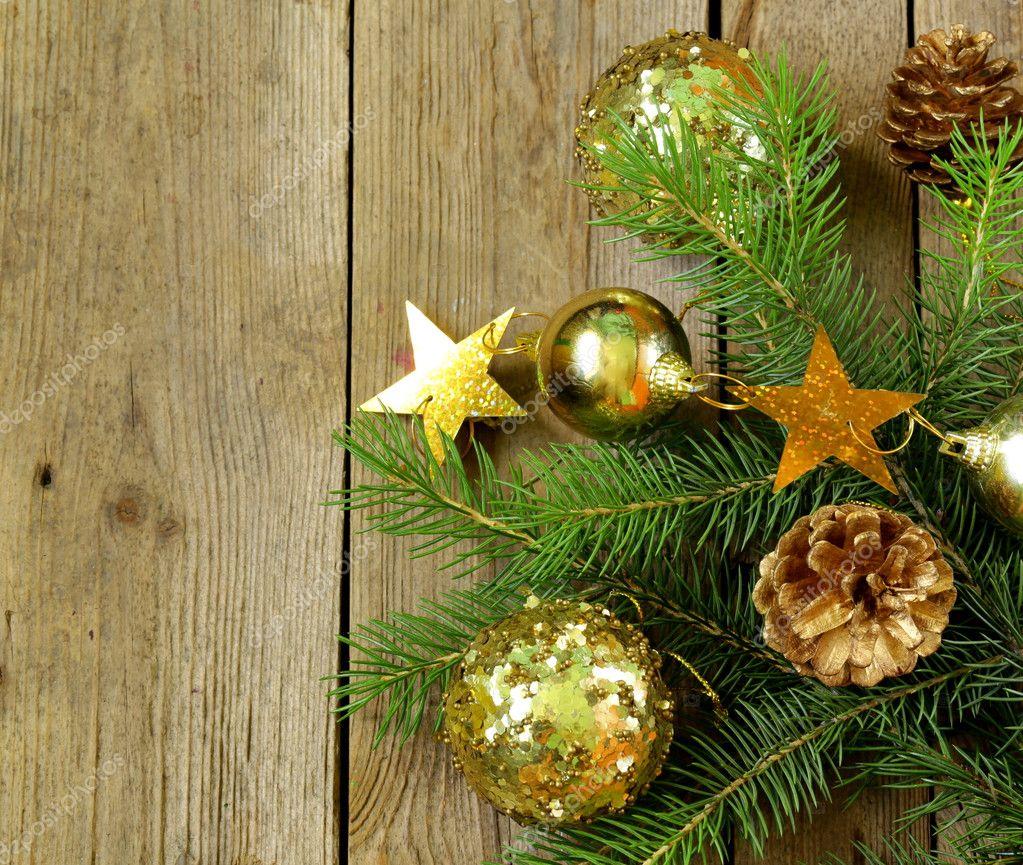 Rami di alberi di abete di Natale verde con bellissime decorazioni ...