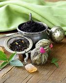 Sortiment an tee - schwarz blatt, grün, exotisch und tee-siebe — Stockfoto