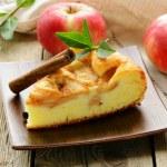 kus Domácí jablečný závin se skořicí na dřevěný stůl — Stock fotografie