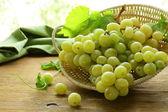 органический белый виноград в корзине на деревянный стол — Стоковое фото