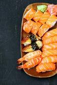 Assortiment de sushi avec le saumon, les crevettes et les anguilles - cuisine japonaise traditionnelle — Photo