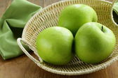 "Green apples ""Granny Smith"" in a basket on the table — Foto Stock"