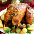 Baked chicken for Christmas dinner, festive table setting — Zdjęcie stockowe