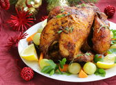Baked chicken for Christmas dinner, festive table setting — Stockfoto