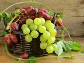 Organic white grapes on a wooden table — Stockfoto