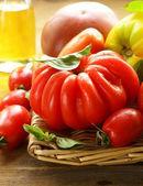 木製のテーブル バジルとトマトの品種 — ストック写真