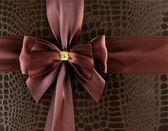 Slavnostní stuha čokoládová barva hnědá na pozadí — Stock fotografie