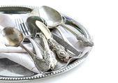 Vintage cubiertos con servilleta anticuado en una bandeja de plata — Foto de Stock