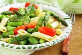 Паста Пенне с помидорами и спаржей, свежий весенний еда — Стоковое фото