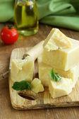 Harde natuurlijke parmezaanse kaas op een houten bord — Stockfoto