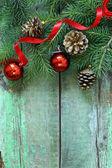 Composición de navidad con ramas de abeto y decoraciones — Foto de Stock
