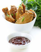 Fried chicken wings with hot sauce in a white bowl — Stok fotoğraf