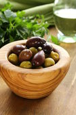 腌制的绿色和黑色橄榄 — 图库照片
